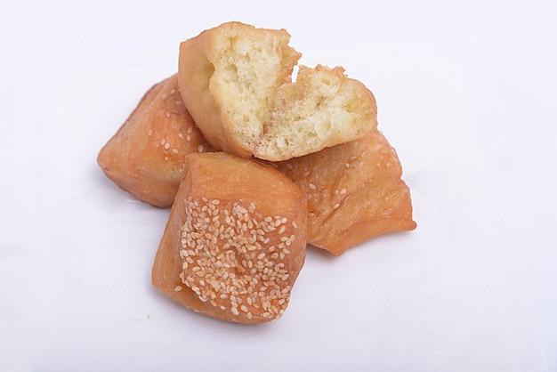 Close-up van kussen brood met witte achtergrond