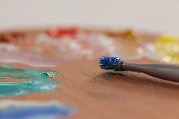 Close-up van kwast en palet tegen wit oppervlak