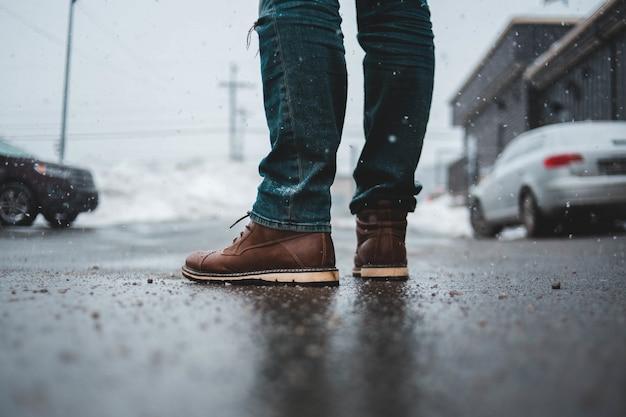 Close-up van laarzen met autoachtergrond