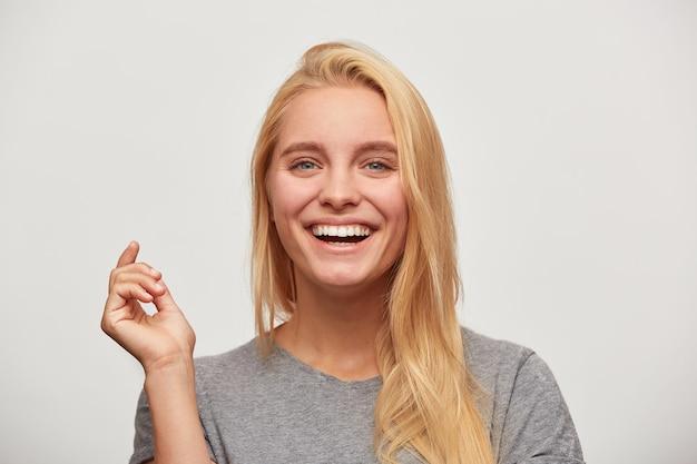 Close up van lachen mooie blonde jonge vrouw, zool van gezelschap, brengt tijd door met goede vrienden