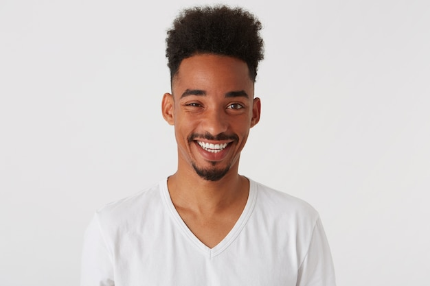 Close-up van lachende aantrekkelijke afro-amerikaanse jonge man