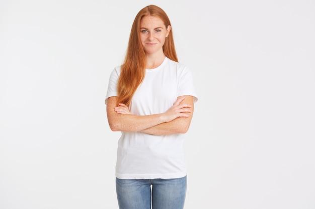 Close-up van lachende aantrekkelijke jonge vrouw met lang rood haar en sproeten draagt t-shirt