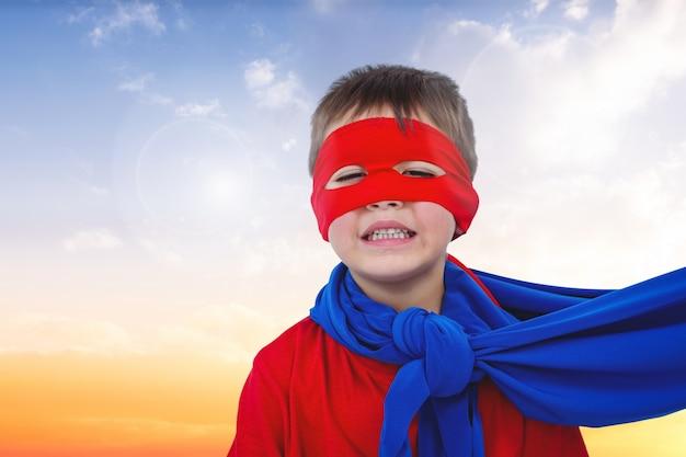Close-up van lachende jongen met rood masker