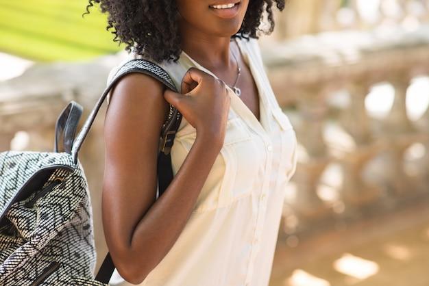 Close-up van lachende vrouw lopen met rugzak
