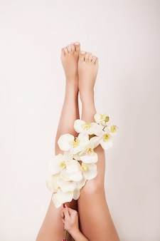 Close-up van lange vrouwelijke benen met perfecte gladde zachte huid