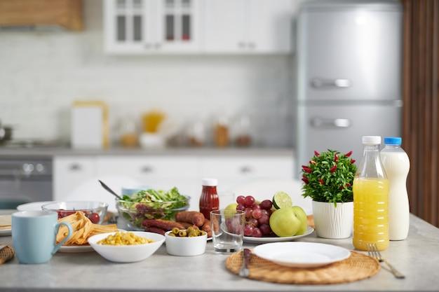 Close up van latijns-amerikaans ontbijt op tafel in moderne keuken interieur. gezond eten, ochtend, ontbijt ideeën concept. selectieve focus