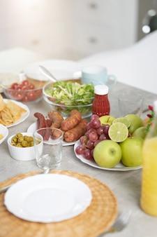 Close up van latijns-amerikaanse stijl ontbijt op tafel in moderne keuken interieur. ochtend, ontbijt ideeën concept. selectieve focus