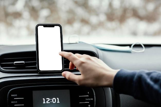 Close-up van leeg scherm mobiel in auto