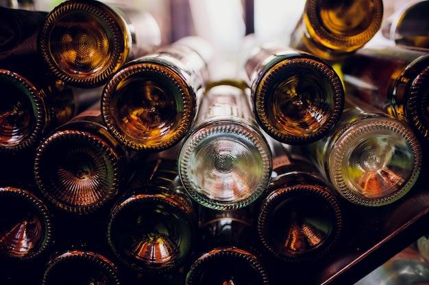 Close-up van lege flessen wijn in een donkere kamer