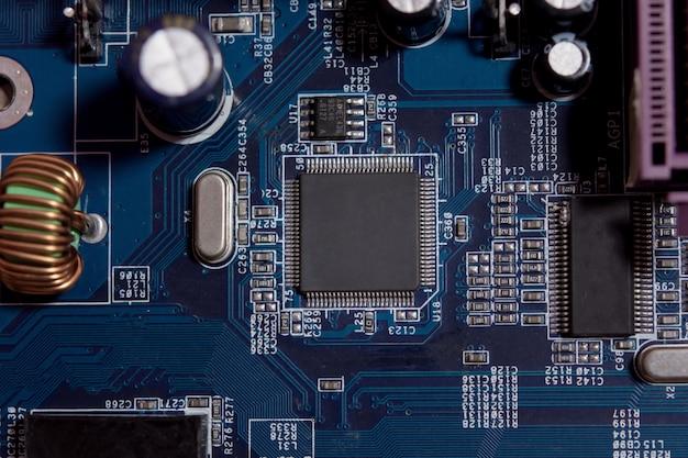 Close-up van lege microchip op elektronische printplaat.