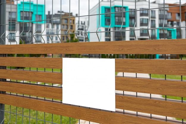 Close-up van lege witte tablet op metalen gaas poort