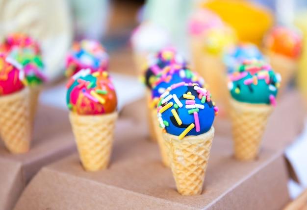 Close up van lekker en kleurrijk mini-ijs op wafelkegel