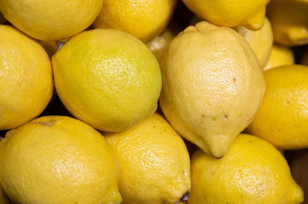 Close-up van levendige gele citroenen op teller