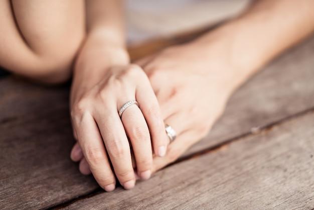 Close-up van liefdevolle paar hand in hand