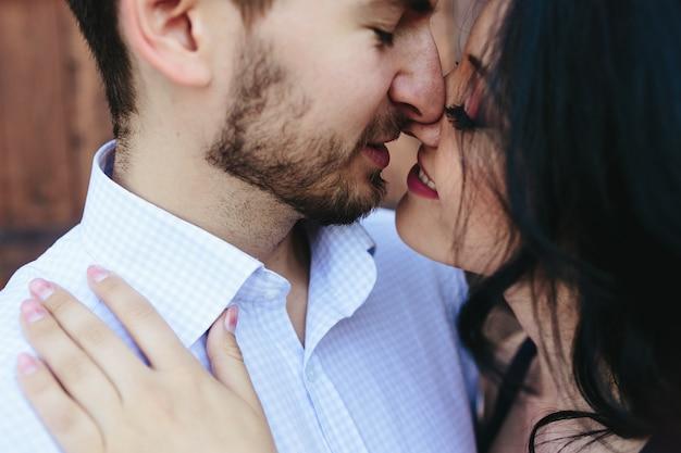 Close-up van liefhebbers flirten
