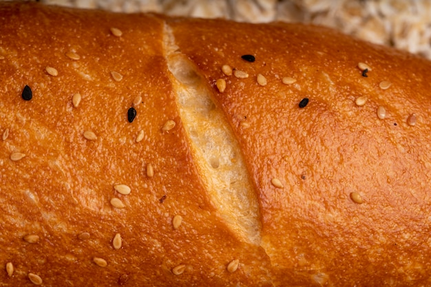 Close-up van maanzaad op stokbrood