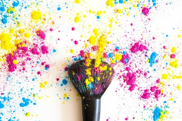 Close-up van make-upborstel en kleurrijk gezichtspoeder