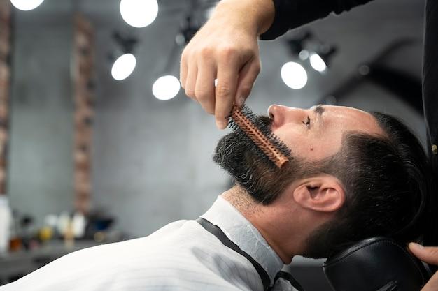 Close-up van man die zijn baard laat verzorgen
