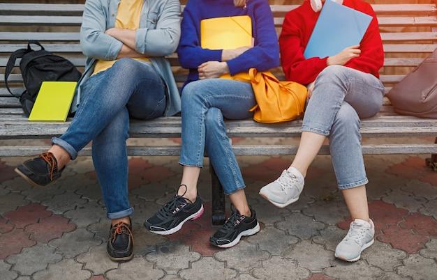 Close-up van man en vrouw zittend op een bankje na de universiteit