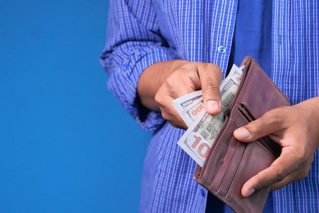 Close up van man hand nemen van contant geld uit portemonnee