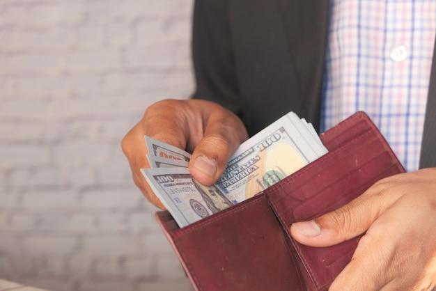 Close-up van man hand tellen 100 dollar contant geld.