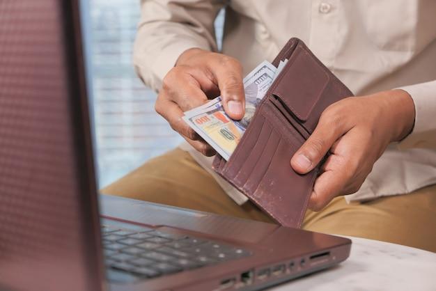Close-up van man hand tellen 100 dollar contant geld