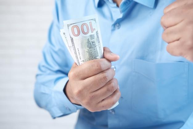 Close-up van man hand tellen ons dollar contant geld