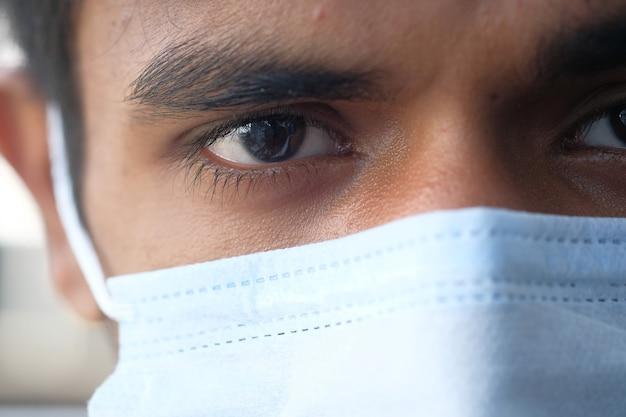 Close up van man met beschermend gezichtsmasker