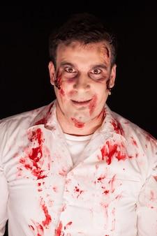 Close up van man met creatieve make-up op zwarte achtergrond.
