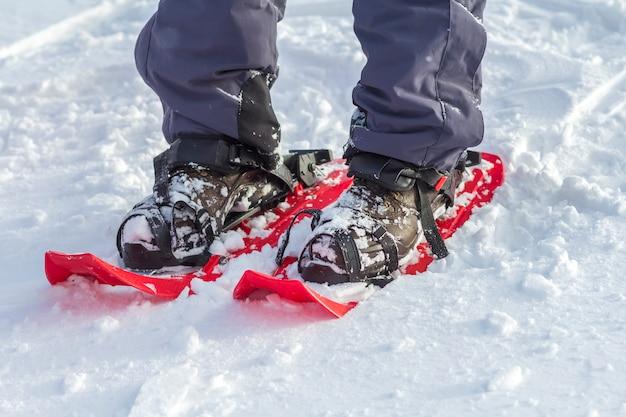 Close-up van man skiër voeten en benen in korte plastic heldere professionele brede luchten