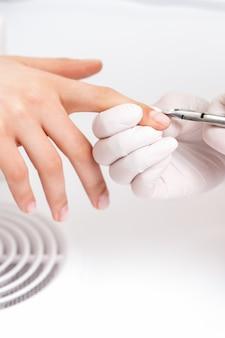 Close-up van manicure met manicuresnijder