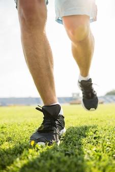 Close-up van mannelijke benen in sneakers.