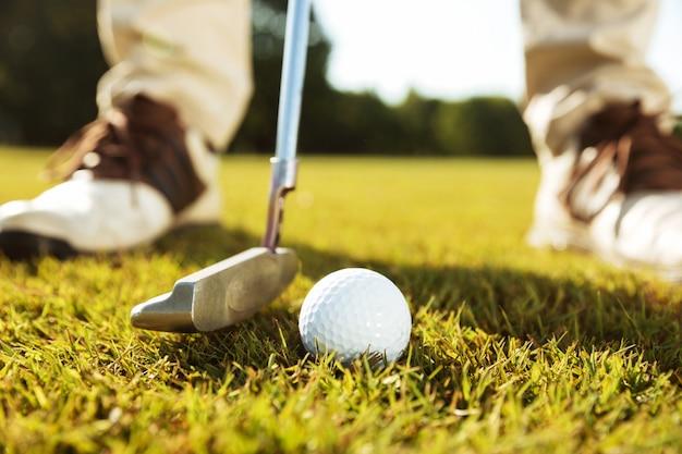 Close-up van mannelijke golfspeler die weg teeing