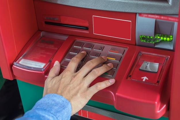 Close-up van mannelijke handen die op het atm-epp-toetsenbord, het bankwezenconcept van de bedrijfstechnologie drukken