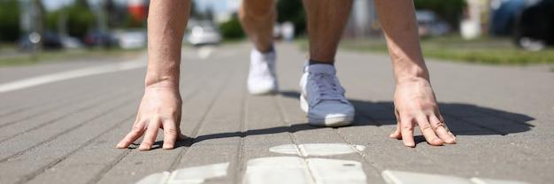 Close-up van mannelijke persoon in eenvormige sporten die van laag begin beginnen te lopen