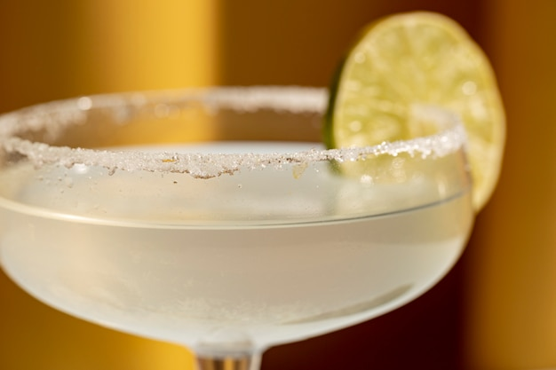 Close-up van margaritacocktail met gezouten rand en kalk