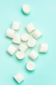 Close-up van marshmallow op turkoois