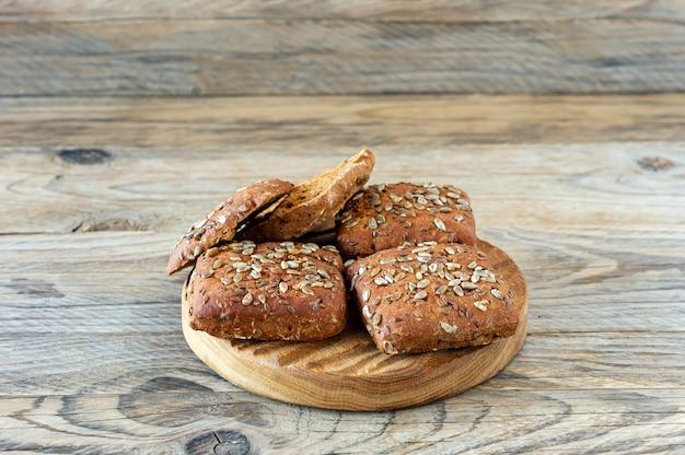 Close up van meergranen roggebrood op houten achtergrond. zelfgebakken brood voor het ontbijt.