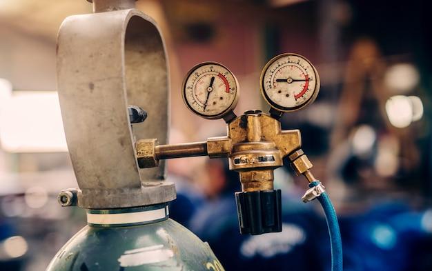 Close-up van meetinstrument in werkplaats.