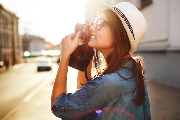 Close-up van meisje het nemen van een foto in de stad