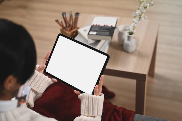 Close-up van meisje met behulp van digitale tablet op de bank.