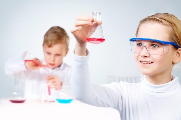 Close-up van meisje met een fles met experimentele stof