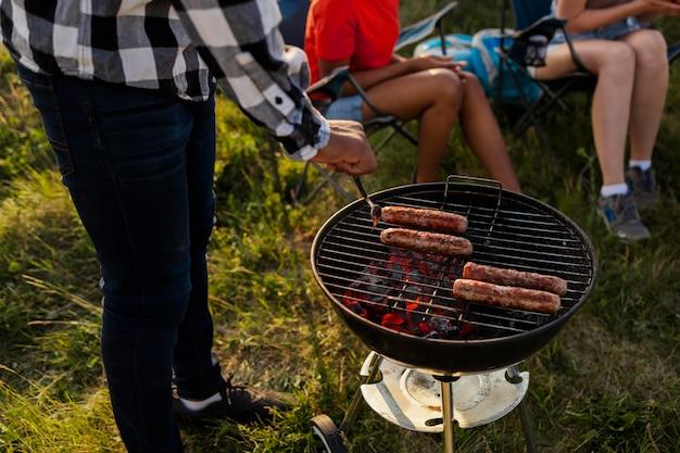 Close-up van mensen die barbecue maken