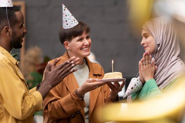 Close-up van mensen die de verjaardag van de werknemer vieren