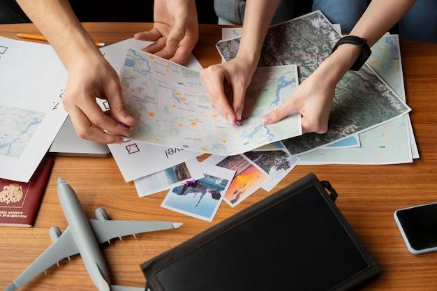 Close-up van mensen die een kaart vasthouden