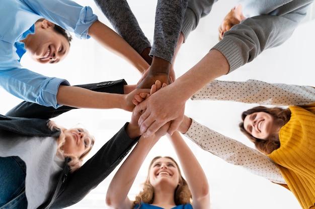 Close-up van mensen die elkaars hand vasthouden