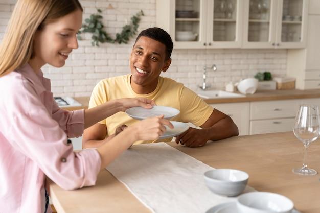 Close-up van mensen die het thuis comfortabel maken