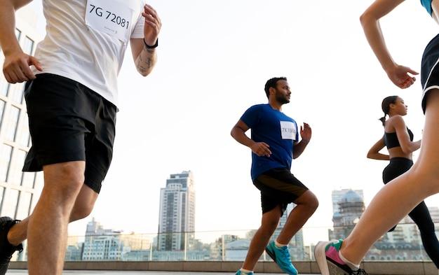 Close-up van mensen die in de stad rennen