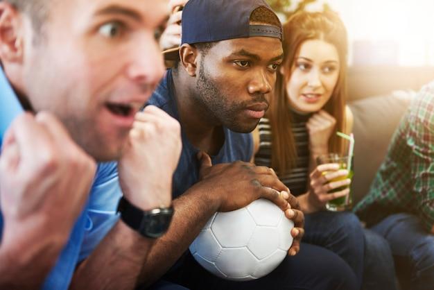 Close-up van mensen die naar een wedstrijd kijken die op het doel wachten