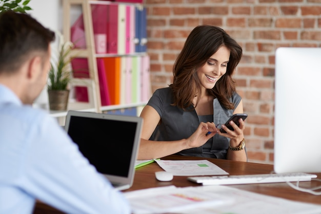 Close-up van mensen die op kantoor werken Gratis Foto